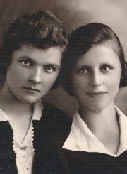 Emilija Šukytė su drauge Anastazija Valentinavičiūte. Fotogr. J. Pauros. Panevėžys. 1931 m. PAVB F116-63