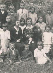 Geležių (Panevėžio r.) pradžios mokyklos moksleiviai su mokytoja Rozalija Berentaite ir mokyklos vedėja Emilija Šukyte (sėdi su gėlių puokšte). 1931.06.30. PAVB F116-64