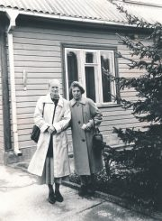Emilija Juzulėnienė su A. Baranausko ir A. Vienuolio-Žukausko memorialinio muziejaus darbuotoja Alma Ambraškaite prie savo namų (J. Bielinio g.). Panevėžys. 1993.09.19. PAVB F116-54