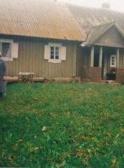 Emilija Juzulėnienė su dukra Irena ir anūkėmis tėviškėje Pilviškiuose (Anykščių r.). 1998 m. PAVB F116-55