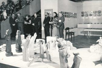 Respublikinės keramikos parodos atidarymas. Iš dešinės: 2-a Parodų rūmų vedėja J. V. Čiplytė, 6-as Stiklo fabriko direktorius Stoškus. 1984 m. A. Petrausko nuotrauka