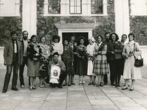 Dailininkai-tekstilininkai po parodos atidarymo prie Panevėžio parodų rūmų. Iš dešinės 2-oje eilėje 1-a Parodų rūmų vedėja J. V. Čiplytė. 1985 09 13