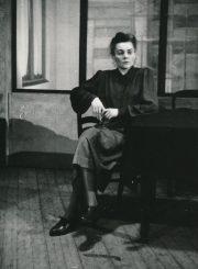 """K. Simonovas """"Svetimas šešėlis"""" (rež. Juozas Miltinis, Vaclovas Blėdis), 1949 m. Ona Konkulevičiūtė – Trubnikova. Fotogr. K. Vitkaus. PAVB FKV-103/3-1"""
