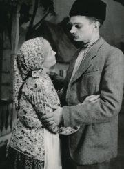 "A. Korneičiukas ""Ukrainos stepėse"" (rež. Vaclovas Blėdis), 1951 m. Ona Konkulevičiūtė – Palaška, Algimantas Masiulis – Gricko. Fotogr. K. Vitkaus. PAVB FKV-111/2-2"