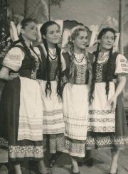 "J. K. Tylas ""Laumės sūnus"" (rež. Vaclovas Blėdis), 1954 m. Danutė Juronytė, Laimutė Liesytė, Liudvika Adomavičiūtė, Ona Konkulevičiūtė – Šokėjos. Fotogr. K. Vitkaus. PAVB FKV-121/22-13"