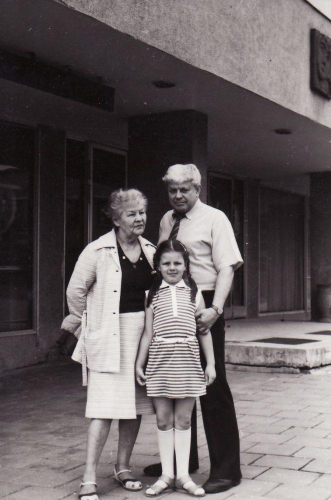 Donatas Banionis su žmona Ona ir anūke Inga. 1987 m. Fotogr. K. Vitkaus. PAVB FKV-424/24