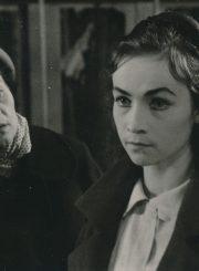 """G. Priedė """"Pirmasis Viki balius"""" (rež. Gediminas Karka), 1961 m. Ona Konkulevičiūtė – Irma Zarinia, Eleonora Matulaitė – Viktorija (Viki). Fotogr. K. Vitkaus. PAVB FKV-162/9-2"""