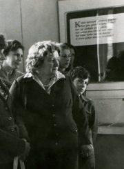 Ekskursija A. Baranausko klėtelėje. Apie 1979 m. Iš Stasės Mikeliūnienės asmeninio archyvo