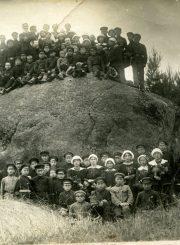 """Anykščių vidurinės mokyklos mokiniai ir mokytojai prie Puntuko akmens. Kt. nuotraukos pusėje įrašas: """"Anykščių vidurinės mokyklos mokinių ekskursijos prie Puntuko akmens. J. Šukys. 1921 m."""" PAVB F116-59"""