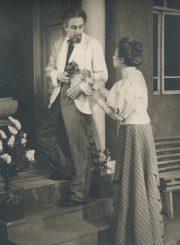 """A. Čechovas """"Žuvėdra"""" (rež. Juozas Miltinis), 1954 m. Donatas Banionis – Dornas, Henrika Hokušaitė – Polina. Fotogr. K. Vitkaus. PAVB FKV-120/7-1"""