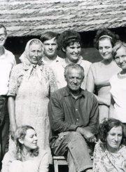 Kraštotyrininkų ekspedicija Ažuožeriuose. T. Mikeliūnaitė stovi 2-a iš dešinės. 1972 m. PAVB F50-366-1