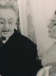 """K. Binkis """"Atžalynas"""" (rež. Gediminas Karka), 1956 m. Donatas Banionis – Tijūnas, Romualda Mikalauskaitė – Keraitienė. Fotogr. K. Vitkaus. PAVB FKV-132/4-2"""