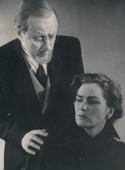 """H. Ibsenas """"Heda Gabler"""" (rež. Juozas Miltinis, Vaclovas Blėdis), 1957 m. Donatas Banionis – Jorgenas Tesmanas, Eugenija Šulgaitė – Heda Gabler. Fotogr. K. Vitkaus. PAVB FKV-136/1-2"""