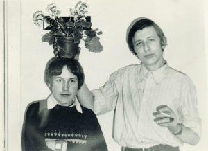 Valdemaras Kukulas su draugu Evaldu Baliu mokyklos bendrabutyje. Kupiškis. 1975 m. Iš Valdemaro Kukulo asmeninio archyvo