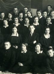 Panevėžio mokytojų seminarijos IV-o kurso moksleiviai su mokytoju Juozu Mičiuliu. Emilija Šukytė-Juzulėnienė priešpaskutinėje eilėje 4-a iš kairės. Panevėžys. 1929 m. PAVB F116-62