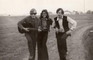 Linksmasis mokyklos laikų trio. Iš kairės: Vidas Klybas, Vita Dluckytė ir Valdemaras Kukulas. Kupiškis. 1976 m. Iš Valdemaro Kukulo asmeninio archyvo