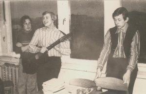 Valdemaras su draugais Vidu Klybu ir Evaldu Baliu. Kupiškis. 1975 m. Iš Valdemaro Kukulo asmeninio archyvo