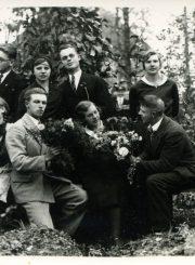 """Emilijos Šukytės-Juzulėnienės mokytojavimo metai Gelažiuose. Kt. nuotraukos pusėje įrašas: """"Artistai, suvaidinę dramą """"Prakeikti pinigai"""" ir pjesę """"Pražydo nuvytusios gėlės"""" Gelažiuose 1933 m. spalių 15 d."""" PAVB F116-64/3"""