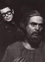 """W. Borchertas """"Lauke, už durų"""" (rež. Juozas Miltinis), 1966 m. Donatas Banionis – Bekmanas, vienas iš tų; Gediminas Karka – Senis, kuriuo niekas nebetiki. Fotogr. K. Vitkaus. PAVB FKV-183/4-15"""