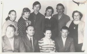 """Laikraščio """"Komunizmo keliu"""" redakcijoje Valdemaras (antroje eilėje pirmas iš kairės) dirbo dar mokyklos laikais. Kupiškis. 1975 m. Iš Valdemaro Kukulo asmeninio archyvo"""