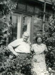 Emilija Juzulėnienė su vertėju Dominyku Urbu. 1969 m. PAVB F116-49