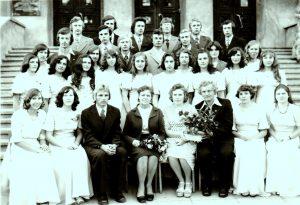 Kupiškio Vlado Rekašiaus vidurinės mokyklos XXXVIII laidos XI a klasė su auklėtoja P. Jasaitiene ir pirmąja mokytoja. Valdemaras Kukulas – paskutinėje eilėje pirmas iš dešinės. 1977 m. birželis. Iš Pulcherijos Jasaitienės asmeninio archyvo