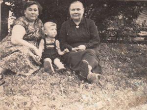 Valdukas su mama Janina Jusyte-Kukuliene ir močiute. Pumpėnai (Pasvalio r.). 1962 m. Iš Valdemaro Kukulo asmeninio archyvo