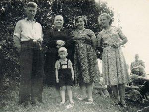 Pas močiutę Pumpėnuose su mama Janina, močiute ir dėdės šeima. 1962 m. Iš Valdemaro Kukulo asmeninio archyvo