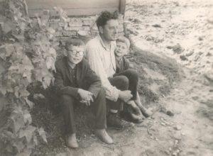 Algirdas Petras Kukulas su sūnumis Valdemaru ir Virginijumi prie namų Kupiškyje, Kapų gatvėje. 1968 m. Iš Valdemaro Kukulo asmeninio archyvo