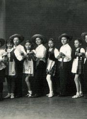 Panevėžio miesto pradžios mokyklos Nr. 1 ketvirto skyriaus šokių ratelis. T. Mikeliūnaitė 1-a iš kairės. 1938 m. PAVB F50-346