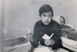 Jaunojo poeto kūrybinės kančios mokyklos bendrabučio kambarėlyje. Kupiškis. 1972 m. Iš Valdemaro Kukulo asmeninio archyvo