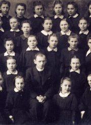 Mergaičių gimnazijos antra klasė su kapelionu Alfonsu Sušinsku. T. Mikeliūnaitė 2-oje eilėje 3-ia iš kairės. 1942 m. PAVB F50-347
