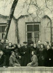 Vilniaus universiteto M. K. Sarbievijaus kiemelyje su prof. Juozu Balčikoniu. T. Mikeliūnaitė 1-a iš kairės. 1950 m. PAVB F50-352