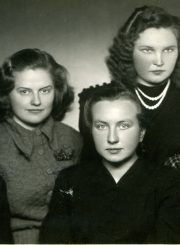 Ištikimos studijų ir gyvenimo draugės. 1-je eilėje iš kairės Ona Survilaitė, T. Mikeliūnaitė, Danutė Krištopaitė. 2-je eilėje iš kairės Birutė Petrauskaitė, Jadvyga Spirikavičiūtė. Apie 1952 m. PAVB F50-350