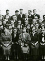 Su Troškūnų vidurinės mokyklos vienoliktokais. T. Mikeliūnaitė sėdi 3-ia iš dešinės. 1958 m. PAVB F50-353