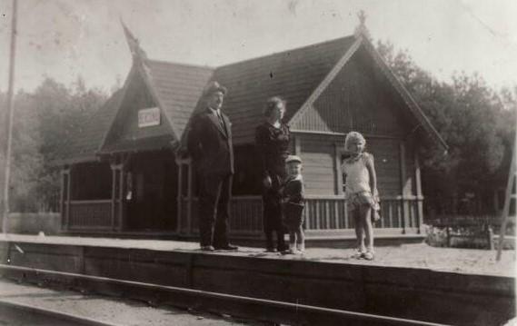 Keleiviai Berčiūnų geležinkelio stotyje. XX a. 4 deš. Nuotrauka iš A. Gedeikio archyvo