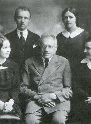 J. Masiulis (pirmoje eilėje centre) su savo prekybos namų darbuotojais