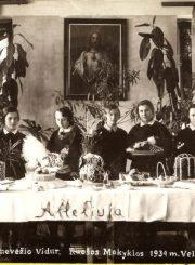 3. Panevėžio vidurinės mergaičių amatų ruošos mokyklos Velykų stalas. 1934 m. Nuotrauka iš V. Vyšniausko kolekcijos