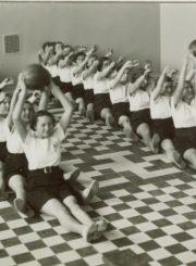 2. Panevėžio valstybinės mergaičių gimnazijos moksleivės fizinio lavinimo pamokoje. XX a. 4 deš. Nuotrauka iš V. Vyšniausko kolekcijos