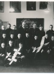 Panevėžio valstybinės gimnazijos Va klasės moksleiviai su mokytojais Leonu Kuodžiu ir Venantu Morkūnu. Fotogr. J. Žitkaus. 1935 m. PAVB F58-139