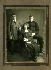 Antanas Gabrėnas su tėvais Ona ir Kazimieru Gabrėnais. Panevėžys. Apie 1928 m. PAVB F87-64