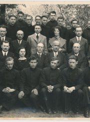 Panevėžio valstybinės gimnazijos mokytojai ir VIII klasės moksleiviai. 2-oje eilėje iš kairės mokytojai: 1-as Jonas Sokolovas, 2-as Oskaras Liudvigas, ?, 4-as Jonas Kalkis, 5-as Jurgis Elisonas, 6-as Jonas Janulionis, 7-as Antanas Didžiulis, 8-as Vytautas Kairiūkštis; 3-ioje eilėje iš kairės: 1-as Antanas Kasperavičius, 2-as Venantas Morkūnas, 3-ias kun. Juozapas Ruškys, 4-as Juozas Kaminskas, 5-as Jonas Vitkauskas, 6-as Juozas Raustys, 7-a Ksenija Čiulkovienė, 8-as Petras Rapšys, 9-as Mykolas Karka. Fotogr. J. Žitkaus. 1937 m. PAVB F70-778