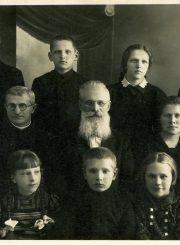 Broliai Jankevičiai su savo atžalomis. Nijolė Jankutė 1-oje eilėje 2-a iš kairės. Apie 1938 m.