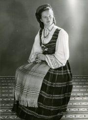 Nijolė Jankutė-Užubalienė su mamos išaustais ir išsiuvinėtais drabužiais. 1950 m. PAVB F130-141