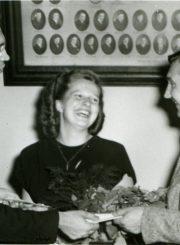 """Rašytojai Nijolei Jankutei-Užubalienei įteikiama dienraščio """"Draugas"""" I premija už novelę """"Ragana"""". Dešinėje – rašytojas A. Baronas, laimėjęs II premiją. Čikaga. 1950 m. PAVB F130-151"""