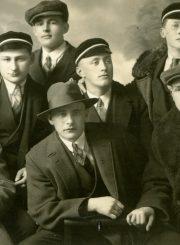 Su bendramoksliais. A. Gabrėnas – centre su skrybėle. Kaunas. Apie 1934 m. PAVB F87-80