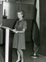 Rašytoja skautininkė Nijolė Jankutė-Užubalienė skaito savo kūrybą. Apie 1965 m. PAVB F130-143