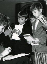 Nijolė Jankutė-Užubalienė su lituanistinės mokyklos mokiniais literatūrinės viešnagės metu. Rochester, NY. 1970 m.