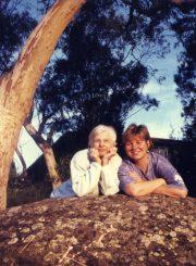 Nijolė Jankutė-Užubalienė su dukra Dovile. Sydney priemiestis Westleigh, 1998 m.