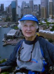 Nijolė Jankutė-Užubalienė ant didžiojo Sydney uosto tilto lanko. 2004 m. PAVB F130-146